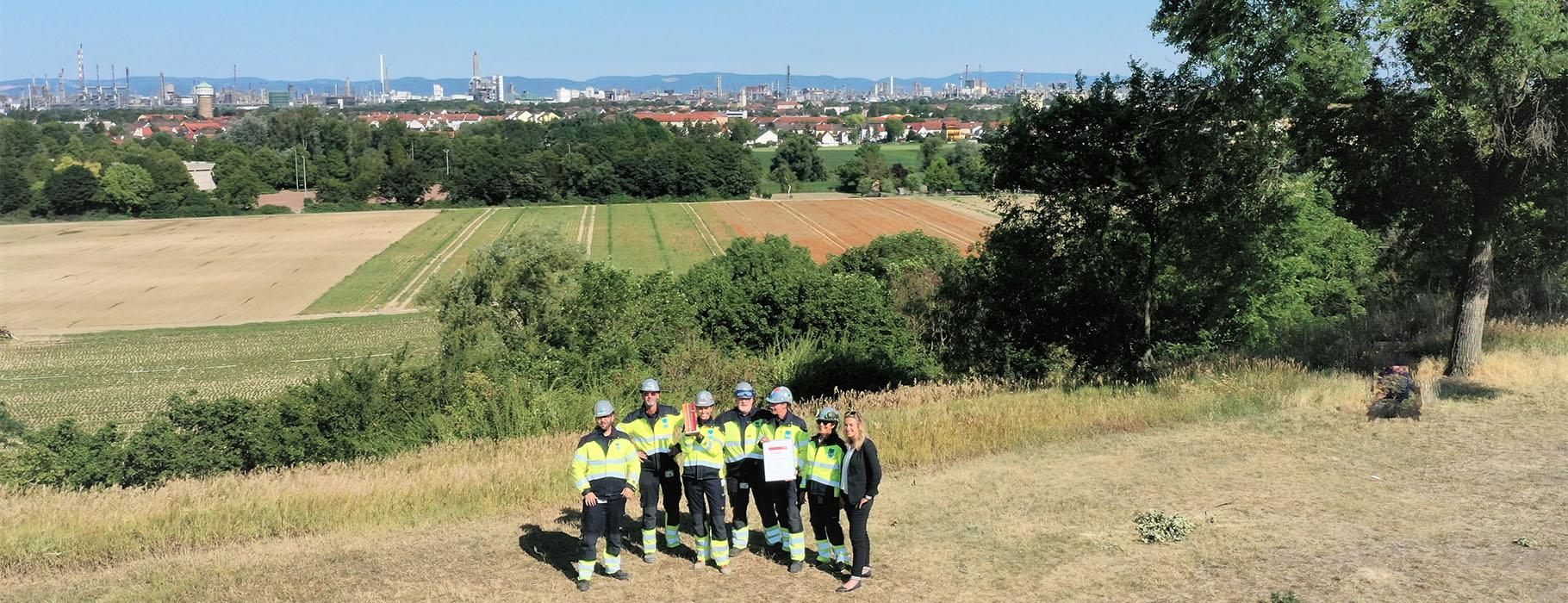 BASF-Kontraktorenaward-Teil-des-Mplus-Gewinnerteams-mit-Pokal-und-Urkunde