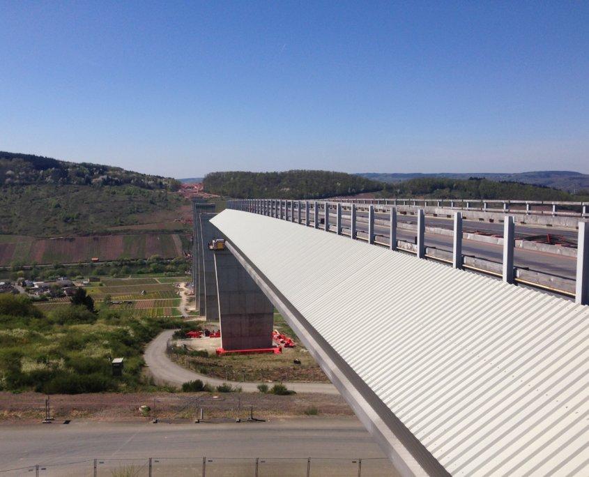 Fertigstellung-von-Fahrbahn und Brückenausstattung-Hochmoselbruecke