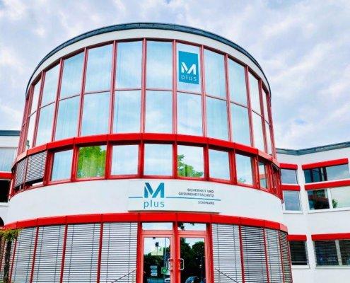 Mplus-Gebaude-mit-neuem-Logo