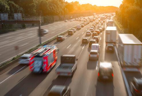 Rettungsgasse-auf-der-Autobahn-mit-Feuerwehrauto