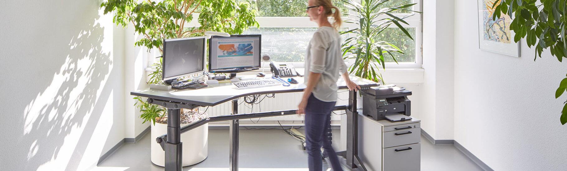 mplus-mitarbeiterin-am-stehtisch_rueckenschonender-arbeitsplatz-