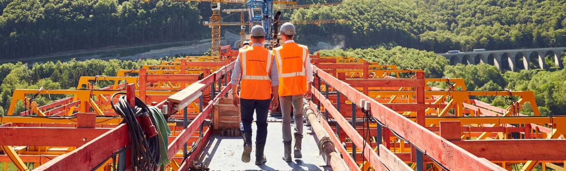 Mitarbeiter-von-mplus-ueberpuefen-die sicherheit-auf-der-Baustelle
