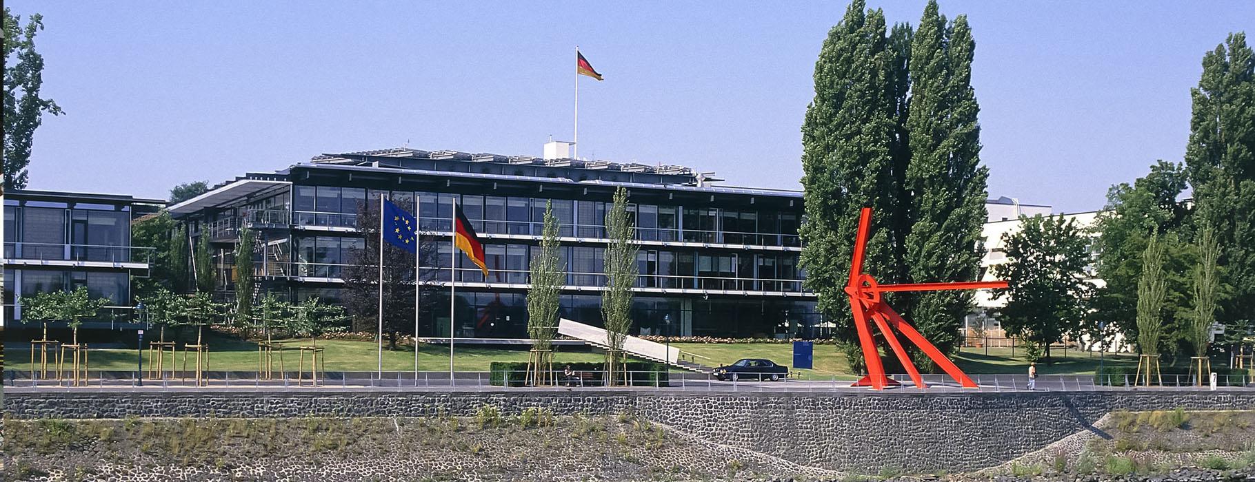 Worl-Conference-Center-Bonn-Aussenansicht-mit-Fahnen